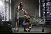 две сексуальные женщины позируя в дворце — Стоковое фото