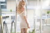 Sexy blonde frau im weißen kleid — Stockfoto