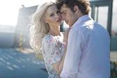 Giovane coppia in posa in scener urbano — Foto Stock