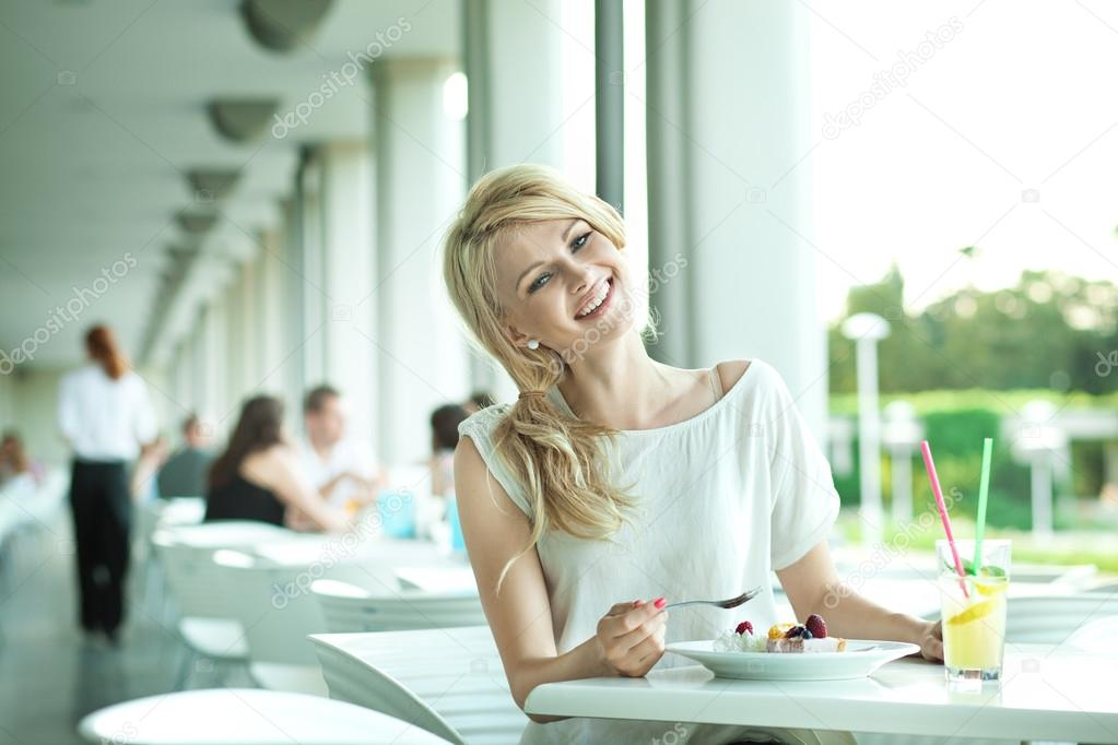 Smiling young woman — Stock Photo #13883001