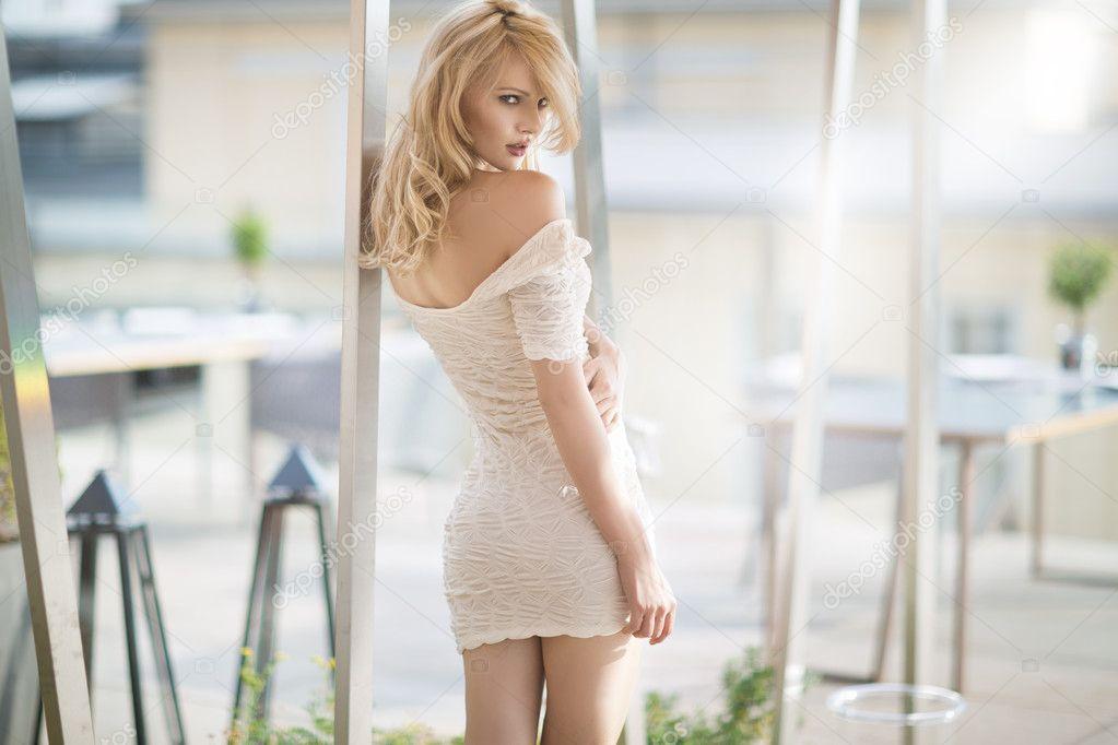 Фото блондинок в белом платье 11 фотография