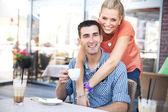 在咖啡厅轻松夫妇的照片 — 图库照片