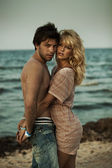 Coppia attraente abbracciarsi nel paesaggio romantico — Foto Stock