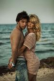 Atraktivní pár objímat v romantické krajině — Stock fotografie