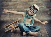 Liten pojke spelar — Stockfoto
