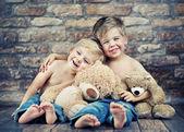 δύο αγοράκια, απολαμβάνοντας την παιδική τους ηλικία — Φωτογραφία Αρχείου