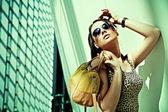 Attraktiv kvinna poserar i modern byggnad — Stockfoto