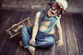 Mały chłopiec gra — Zdjęcie stockowe