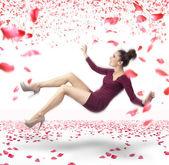 Senhora atraente, caindo sobre fundo de pétalas de rosa — Foto Stock
