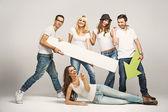 группа друзей носить белые футболки — Стоковое фото
