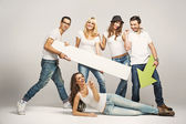 Gruppe von freunden, tragen weiße t-shirts — Stockfoto