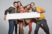Groupe d'amis qui veulent faire de la publicité — Photo
