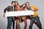 Gruppo di amici che vogliono pubblicizzare — Foto Stock