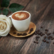 Hot coffee and beautiful white rose — 图库照片
