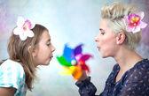 玩母亲和女儿的多彩画卷 — 图库照片