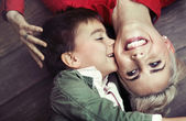 Jeune garçon baiser sa maman — Photo