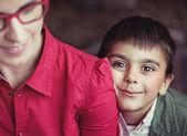Garçon mignon avec de grands yeux bruns — Photo