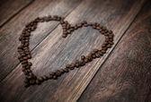 фотография, представляя ароматные сердце из кофейных зерен — Стоковое фото
