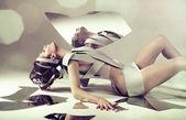 Naken kvinna med spegel — Stockfoto