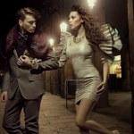 casal elegante na caminhada noturna — Foto Stock