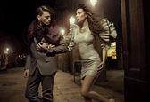 Pareja de moda en paseo nocturno — Foto de Stock