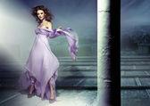 官能的なブルネットの着ている lillac ドレスの素晴らしい絵 — ストック写真
