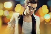 Człowiek sam sobie modne okulary — Zdjęcie stockowe