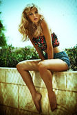 καλοκαίρι φωτογραφία της καταπληκτική ξανθιά γυναίκα — Φωτογραφία Αρχείου