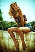 Zomer foto van verbazingwekkende blonde vrouw — Stockfoto