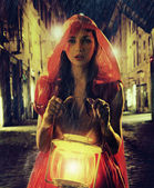 Femme innocente en rouge tenant la lanterne — Photo