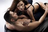 świetne zdjęcia, zmysłowe kobiety z chłopakiem — Zdjęcie stockowe