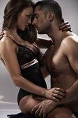 Pose sensual de una pareja atractiva — Foto de Stock