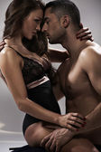 Pose sensuelle d'un couple attractif — Photo