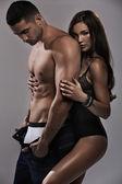 Mulher maravilhosa, sentindo-se seguro com o homem dela — Foto Stock