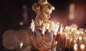 Candelabro keping seria atractiva rubia — Foto de Stock