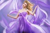 Prachtige blonde als paarse prinses — Stockfoto