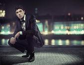 Hübscher junger mann mit großen smoking — Stockfoto