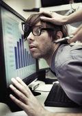 Employé de bureau, obligé de travailler plus dur — Photo