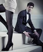 Giovane uomo bello guardando le gambe sexy — Foto Stock