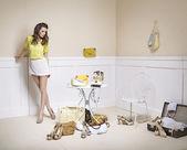 Elegante dama en un cuarto lleno de accesorios de moda — Foto de Stock
