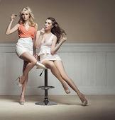 Mulheres jovens se preparando para a festa — Foto Stock