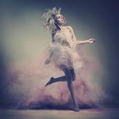 Foto dinâmica de uma beleza estonteante loira — Foto Stock