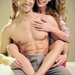 uśmiechnięta młoda para w wolnym czasie — Zdjęcie stockowe