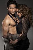 Hombre musculoso con novia — Foto de Stock