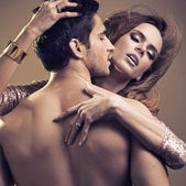 Przystojny mężczyzna blisko jego dziewczyna — Zdjęcie stockowe