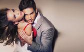 Unga fantastiska par söker in i linsen — Stockfoto