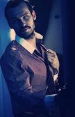 Hiszpański styl przystojny mężczyzna z twarzy włosy — Zdjęcie stockowe