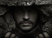 Porträt eines jungen mannes mit fell-kapuze — Stockfoto