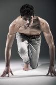 Seriöser mann beginnt zu laufen — Stockfoto