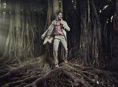 Doğa arka plan üzerinde zarif adam — Stok fotoğraf